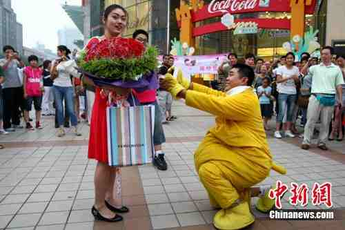 Man proposes to his girlfriend dressed up as Winnie the Pooh